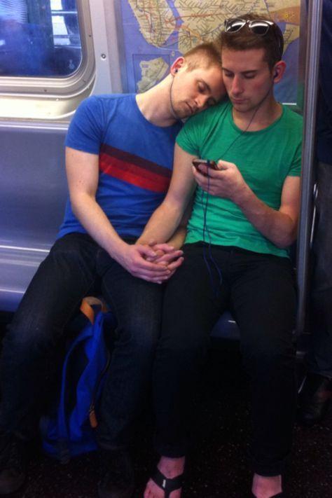 gay amoureux dans le métro